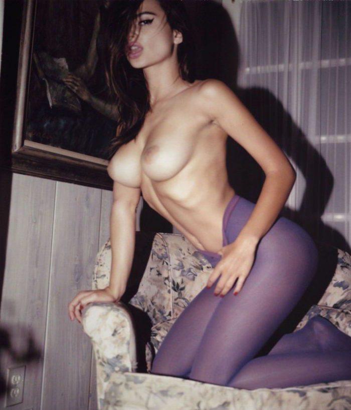 Emily Ratajkowski Nude Boobs Sexy Photo