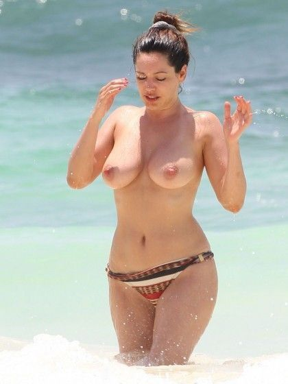 tube8 Kelly Brook Nude With Giant Boobs Sitting On The Beach